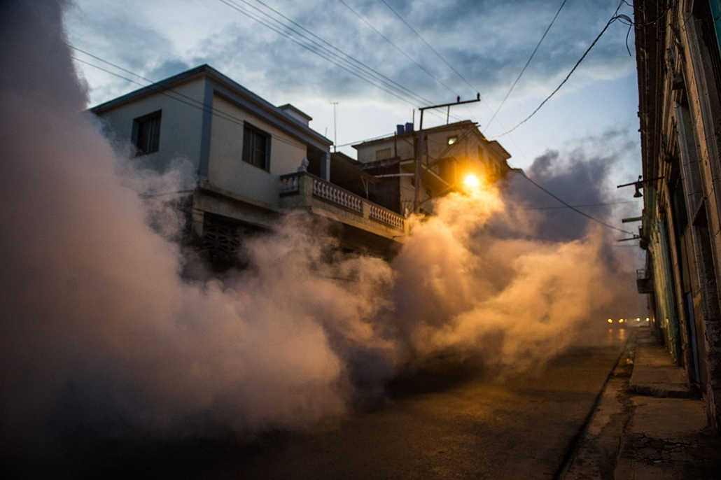 afp. hét képei - 2016.02.23. Aedes aegypti szúnyog írtás, zikavírus, zika-vírus, zika vírus, Health authorities with the help of the Cuban army fumigate against the Aedes aegypti mosquito to prevent the spread of zika, chikungunya and dengue in a street o